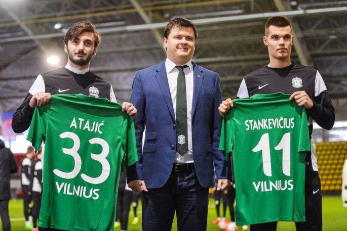 Bahrudin Atajic visar upp sin Zalgitis Vilnius-tröja.