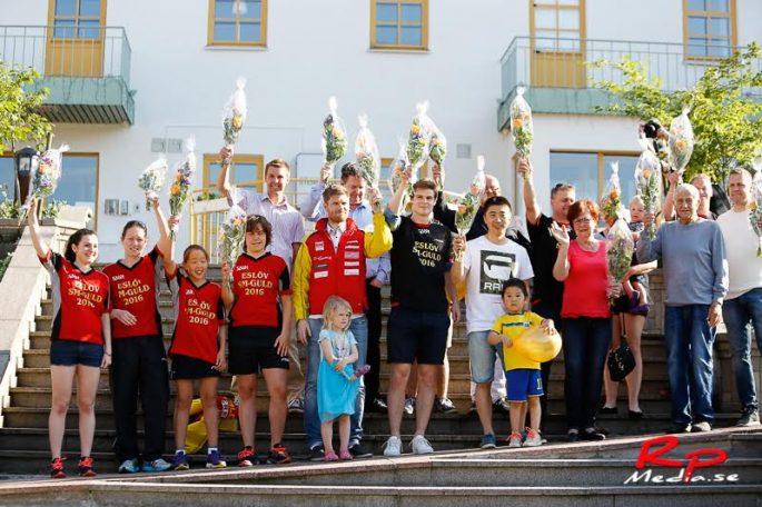 Båda SM-guldvinnande lagen firades stort i Eslöv i måndags.                                 Foto:  Rickard Petersson / Rpmedia.se