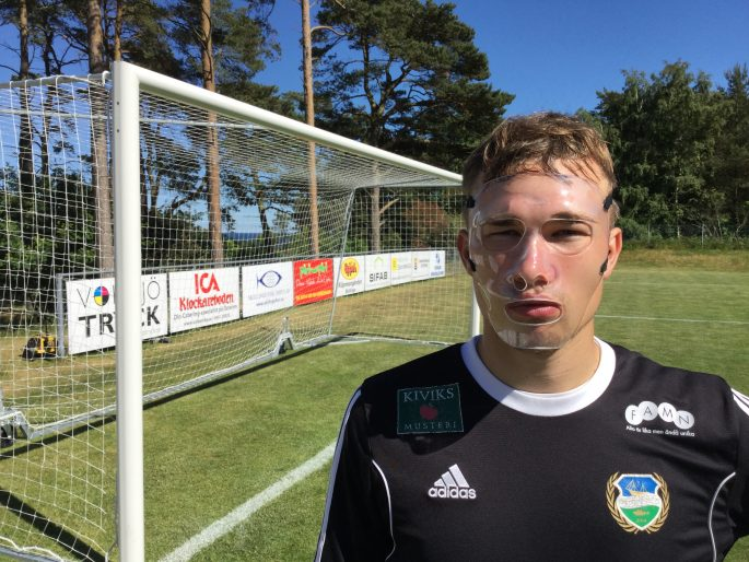 """Efter den svåra skadan spelar Joel Hallgren med en skyddande mask. """"Man vänjer sig nog"""" säger han.     Foto: Christofer Ekmark"""