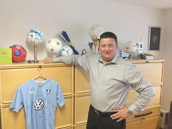 Slavo Veljkovic på Din Bil i Malmö är mycket nöjd med utfallet av sponsorsatsningen på Malmö FF:s matchtröja.        Foto: Christoffer Ekmark