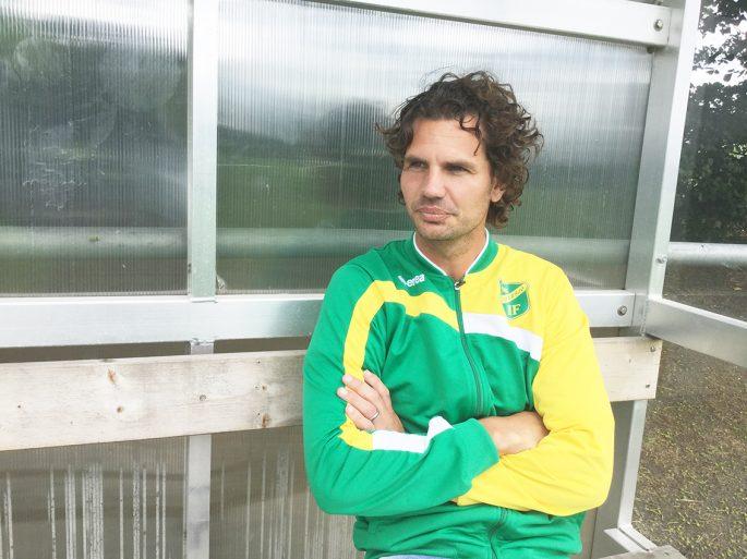 Tom Prahls son Martin har slagit in på pappas bana – numera är han tränare i Skabersjö IF i division fem.