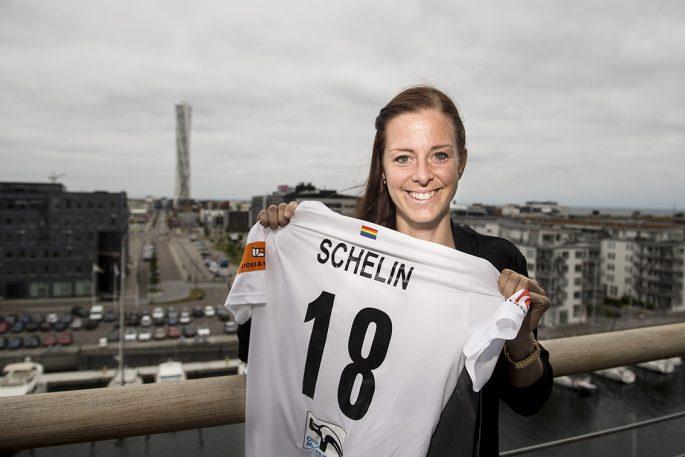 Lotta Schelin på plats i Malmö – då ville hon förstås testa en genuin malmöitisk falafel. Foto: Bildbyrån