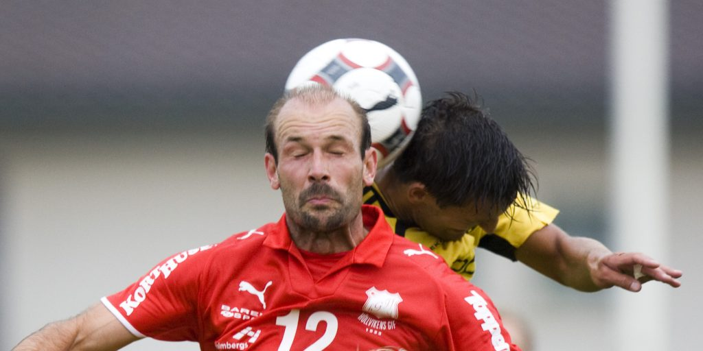 080619 Fotboll, division 2, Hšllviken - IFK HŠssleholm: Otto Persson och Peter Eriksson nickduellerar. © BildbyrŒn - 62910