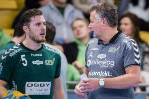 OV:s Oskar Hansson i diskussion med tränare Ulf Sivertsson.