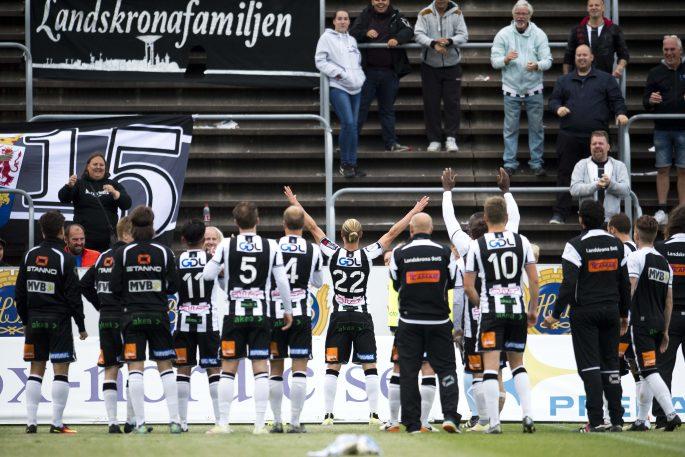 160620 Landskronas Jonathan Levi jublar efter slut signalen och tackar publiken under fotbollsmatchen i Division 1 Sšdra mellan Landskrona och Prespa Birlik den 20 juni 2016 i Landskrona. Foto: Avdo Bilkanovic / BILDBYRN / COP 115