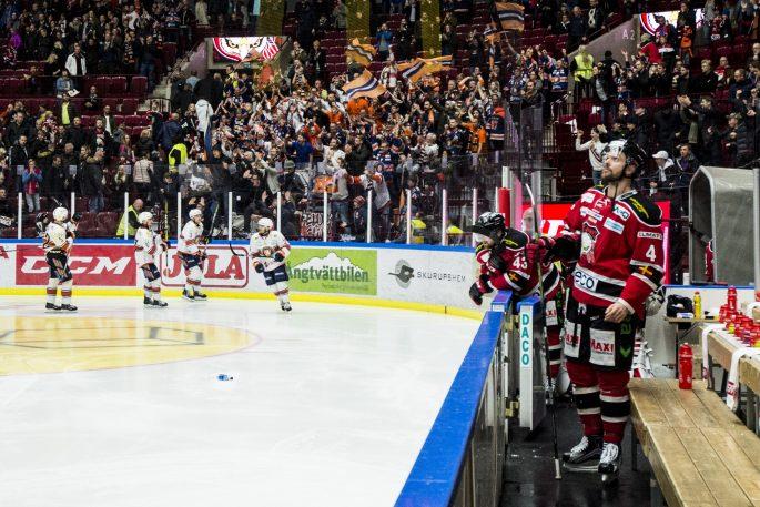 170319 VŠxjšs tackar sin supportrar och Malmš Redhawks Noah Welch deppar efter kvartsfinal 2 i SM-slutspelet i ishockey mellan Malmš Redhawks och VŠxjš den 19 mars 2017 i Malmš. Foto: Petter Arvidson / BILDBYRN / kod PA / 91737