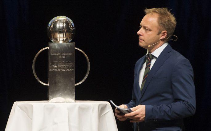 170320 Anders Andersson, C More, och Lennart Johanssons pokal under upptaktstrŠffen fšr Allsvenskan i fotboll den 20 mars 2017 i Uppsala. Foto: Nils Jakobsson / BILDBYRN / kod NJ / 74209