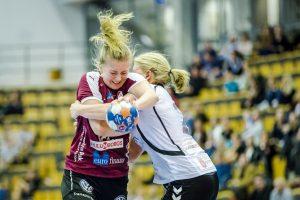 Lugis Elinore Johansson i duell med H65 Höörs Anna Johansson under kvartsfinal 5 i SM-slutspelet i handboll mellan Lugi 2016 i Lund.