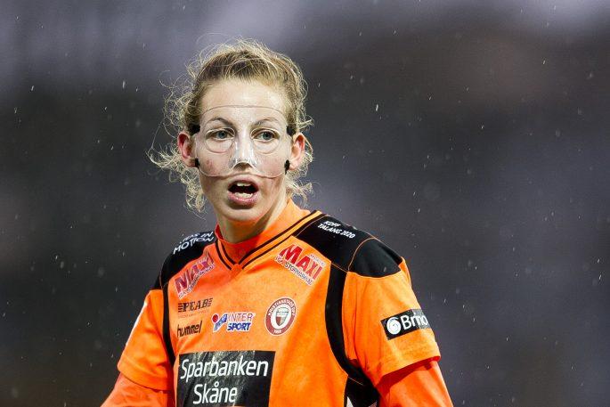 161105 Kristianstads Amanda Edgren med ansiktsmask under fotbollsmatchen i Damallsvenskan mellan Kristianstad och UmeŒ den 5 november 2016 i Kristianstad. Foto: Avdo Bilkanovic / BILDBYRN / COP115