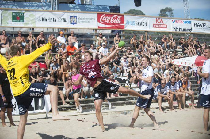 160723 Lugis Hampus Henningsson i matchen mellan Flensburg och hus i herrar elit i hus Beachhandboll 23 juli 2016.   Foto: Lennart MŒnsson / BILDBYRN  / kod LM / 64927