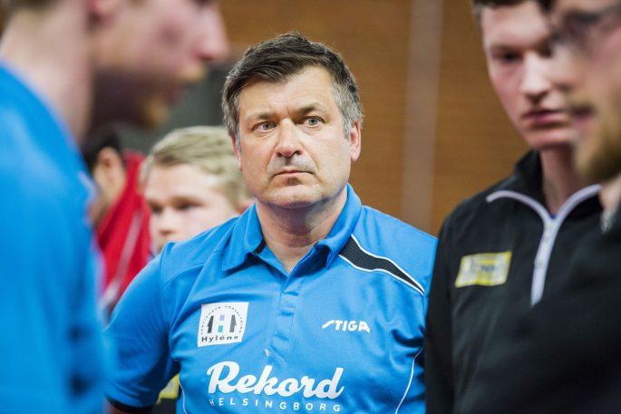 170515 Rekords coach Linus Mernsten under matchen i final 3 i Pingisligan mellan Rekord och Eslšv  den 15 maj 2017 i Helsingborg. Foto: Mathilda Ahlberg / BILDBYRN / Cop 178