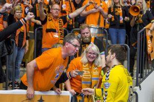 170516 Kristianstads mŒlvakt Nebojsa Simic jublar med publiken efter segern i semifinal 3 i SM-slutspelet i handboll mellan Kristianstad och Ystad 16 maj 2017 i Kristianstad. Foto: Mathilda Ahlberg / BILDBYRN / Cop 178