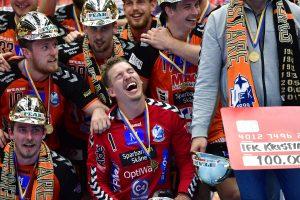 170527 Kristianstads mŒlvakt Leo Larsson jublar med laget efter att de vunnit SM-finalen i Handbollsligan mellan Kristianstad och AlingsŒs den 27 maj 2017 i Malmš. Foto: Ludvig Thunman / BILDBYRN / kod LT / 35334