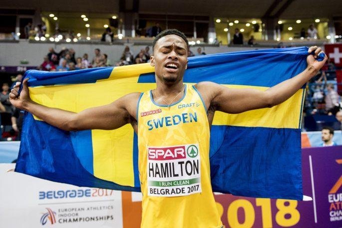 170304 Sveriges Austin Hamilton jublar med svenska flaggan efter att han har vunnit brons i herrarnas final pŒ 60 meter under inomhus-EM i friidrott den 4 mars 2017 i Belgrad. Foto: Petter Arvidson / BILDBYRN / kod PA / 91724
