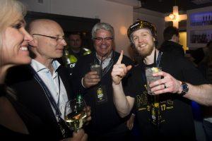 Ted Brithén tillsammans med sin pappa Jim på guldfesten efter final 7 i SM-slutspelet i ishockey mellan HV71 och BrynŠs den 29 april 2017 i Jšnkšping. Foto: Stefan Persson / BILDBYRN / Cop 107