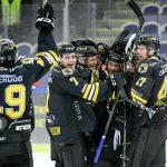 170817 Panterns spelare jublar efter segern med 4-3 under fšrlŠngning under ishockeymatchen mellan Pantern och Malmš Redhawks den 17 augusti 2017 i Malmš. Foto: Ludvig Thunman / BILDBYRN / kod LT / 35351