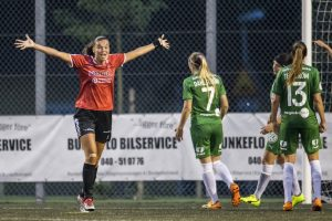 Anna Welin jublar och Hammarbys Catrhine Dahlström deppar efter 1-1-målet.