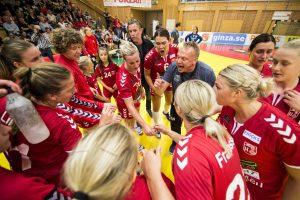 170913 H65 Hššrs trŠnare Ola MŒnsson pratar med sina spelare under en time-out under handbollsmatchen i SHE mellan H65 Hššr och Lugi den 13 september 2017 i Hššr. Foto: Petter Arvidson / BILDBYRN / kod PA / 91848