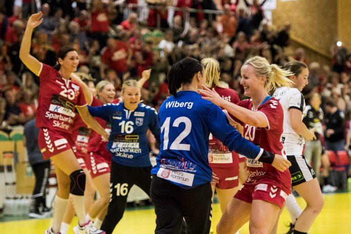 170913 H65 Hššrs Anna Olsson och mŒlvakt Jannike Wiberg jublar pŒ slutsignalen under handbollsmatchen i SHE mellan H65 Hššr och Lugi den 13 september 2017 i Hššr. Foto: Petter Arvidson / BILDBYRN / kod PA / 91848