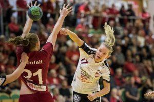 170913 Lugis Sara Olofsson testar skott under handbollsmatchen i SHE mellan H65 Hššr och Lugi den 13 september 2017 i Hššr. Foto: Petter Arvidson / BILDBYRN / kod PA / 91848