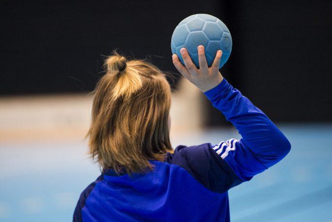 160427 Barn i Ystads barnlag i handboll har liknande frisyrer som den stora idolen Lukas Nilsson (ej i bild) hŠr poserar dom fšr en bild den 27 april 2016 i Ystad. Foto: Petter Arvidson / BILDBYRN / kod PA / 91376
