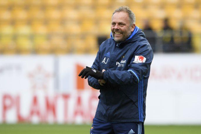160428 DjurgŒrdens assisterande trŠnare Anders Johansson skrattar under uppvŒrmningen innan fotbollsmatchen i Allsvenskan mellan Elfsborg och DjurgŒrden den 28 april 2016 i BORS. Foto: J…RGEN JARNBERGER / BILDBYRN / Cop 112