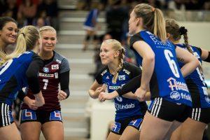 171008 Engelholms Matilda Ekholm jublar med lagkamrater under volleybollmatchen i Elitserien mellan Engelholm och Degerfors den 8 oktober 2017 i €ngelholm. Foto: Mathilda Ahlberg / BILDBYRN / Cop 178